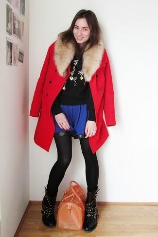 Comment porter: manteau à col fourrure rouge, pull à col rond brodé noir, jupe patineuse bleue, bottes mi-mollet en cuir à clous noires