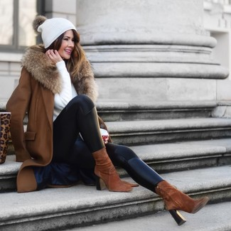 Comment porter: manteau à col fourrure marron, pull à col rond blanc, leggings en cuir noirs, bottines en daim marron