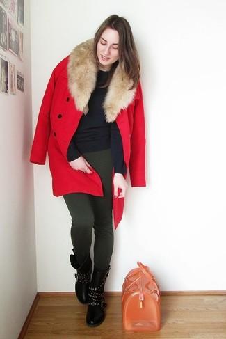 Comment porter: manteau à col fourrure rouge, pull à col rond bleu marine, leggings vert foncé, bottes mi-mollet en cuir à clous noires