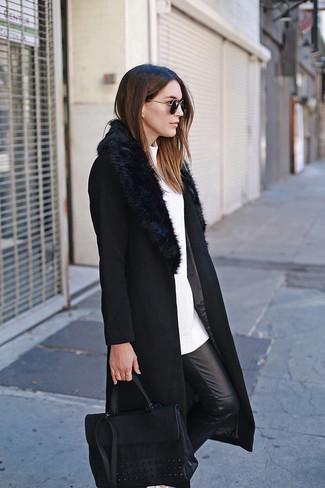 Comment porter: manteau à col fourrure noir, pull à col rond blanc, pantalon slim en cuir noir, cartable en cuir noir