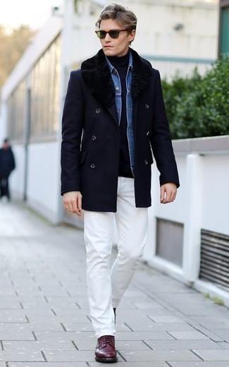 Comment porter une chemise en jean avec des bottes de loisirs: Pense à porter une chemise en jean et un pantalon chino blanc pour affronter sans effort les défis que la journée te réserve. D'une humeur créatrice? Assortis ta tenue avec une paire de des bottes de loisirs.