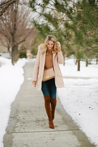 Comment porter: manteau à col fourrure beige, pull à col roulé marron clair, jean skinny bleu marine, cuissardes en daim marron
