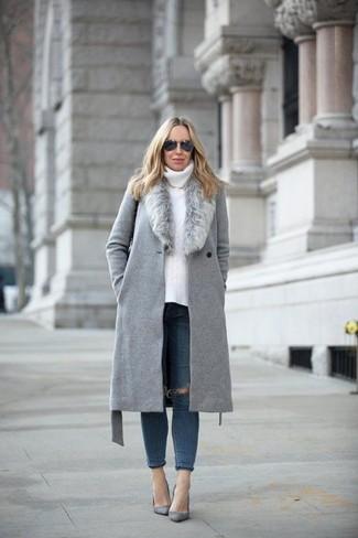 Comment porter: manteau à col fourrure gris, pull à col roulé en tricot blanc, jean skinny déchiré bleu marine, escarpins en daim gris