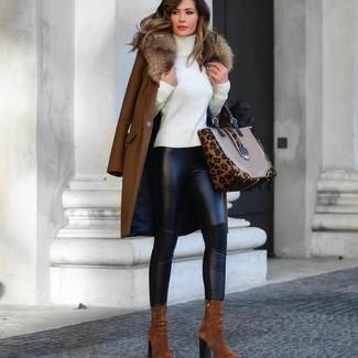 Comment porter: manteau à col fourrure marron, pull à col roulé blanc, leggings en cuir noirs, bottines en daim tabac