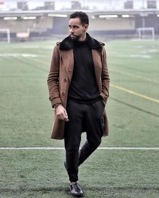 Comment porter un pull à col roulé noir: Associe un pull à col roulé noir avec un pantalon chino noir pour une tenue idéale le week-end. D'une humeur audacieuse? Complète ta tenue avec une paire de des baskets basses en cuir noires.