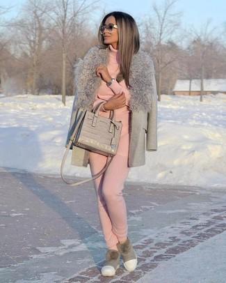 Comment porter: manteau à col fourrure gris, pull à col roulé rose, pantalon de jogging rose, bottes ugg grises