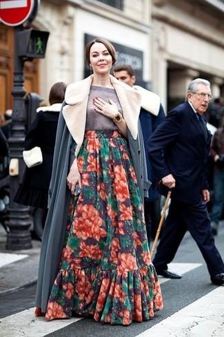 Comment porter: manteau à col fourrure gris, pull à manches courtes gris, jupe longue à fleurs multicolore, bracelet doré