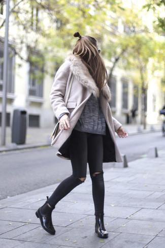 Comment porter: manteau à col fourrure rose, pull surdimensionné gris, jean skinny déchiré noir, bottines chelsea en cuir noires