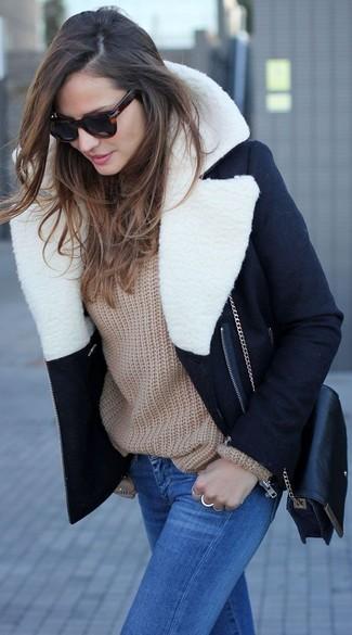 Comment porter: manteau à col fourrure noir et blanc, pull surdimensionné marron clair, jean skinny bleu, sac bandoulière en cuir noir