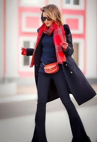 Comment porter une écharpe écossaise rouge: Harmonise un manteau à col fourrure noir avec une écharpe écossaise rouge pour une tenue idéale le week-end.