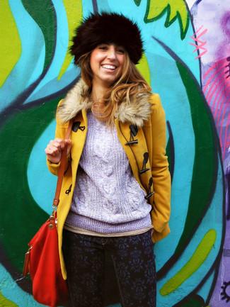 Comment porter un chapeau de fourrure: Associe un manteau à col fourrure moutarde avec un chapeau de fourrure pour créer un look génial et idéal le week-end.