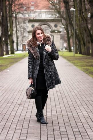 Comment porter: manteau à col fourrure gris foncé, robe fourreau en tricot noire, chemise de ville blanche, bottes hauteur genou en cuir noires