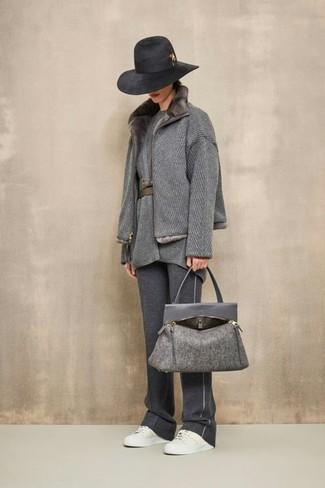 Comment porter un sac fourre-tout en laine gris foncé: Associe un manteau à col fourrure gris avec un sac fourre-tout en laine gris foncé pour une tenue idéale le week-end. Une paire de des baskets basses en cuir blanches est une option parfait pour complèter cette tenue.