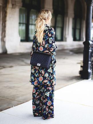 Comment porter: manteau à fleurs noir, pantalon large à fleurs noir, sac bandoulière en cuir matelassé noir