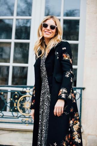 Comment porter: manteau à fleurs noir, robe midi à fleurs noire et blanche, lunettes de soleil beiges