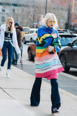 Comment porter: manteau à rayures horizontales multicolore, jean flare bleu marine, bottines en cuir noires