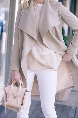 Comment porter un manteau beige: Opte pour un manteau beige avec un pantalon slim blanc pour aller au bureau.