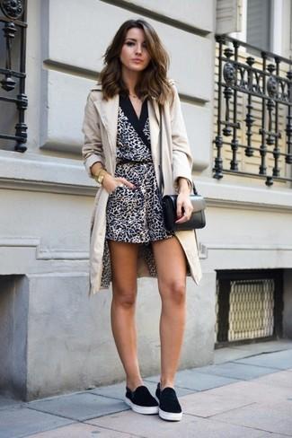 Comment porter: manteau beige, combishort imprimé léopard blanc et noir, baskets à enfiler noires, sac bandoulière en cuir noir