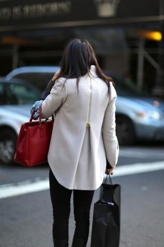 Comment porter un manteau beige: Porte un manteau beige et un jean skinny noir pour une tenue idéale le week-end.
