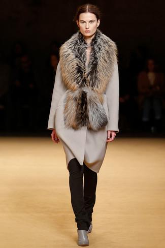 Porte un manteau beige et un pantalon slim marron foncé pour se sentir en toute confiance et être à la mode. Complète ce look avec une paire de des bottines en cuir grises.