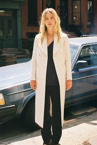 Comment porter: manteau beige, pull à col en v gris foncé, pantalon large noir, sandales à talons en cuir noires
