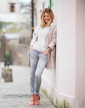 Comment porter: manteau beige, pull à col rond blanc, jean gris, sandales à talons en cuir rouges