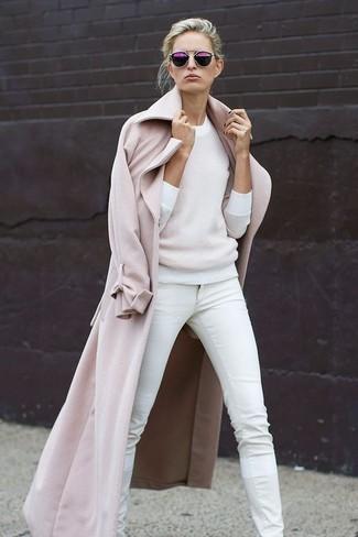 Comment porter: manteau beige, pull à col rond blanc, jean skinny blanc, lunettes de soleil pourpres