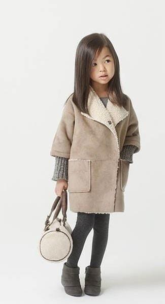 Comment porter: manteau beige, robe en tricot grise, bottes en daim gris foncé, collants gris foncé