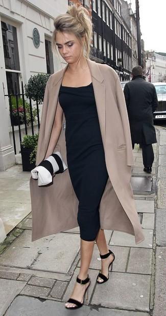 Comment porter: manteau beige, robe midi noire, sandales à talons en daim noires, pochette en cuir blanche et noire