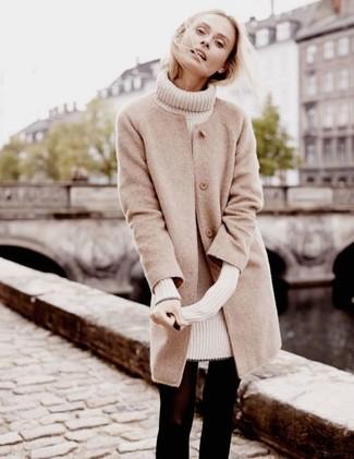 Comment porter: manteau beige, robe-pull beige, collants en laine noirs