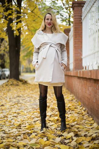 Comment porter: manteau beige, robe-pull beige, cuissardes en cuir noires, collants imprimés noirs