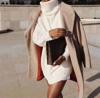 Comment porter: manteau beige, robe-pull en tricot beige, pochette en cuir imprimée marron foncé