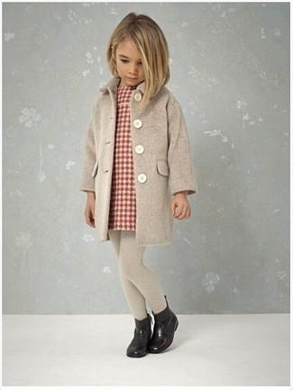 Comment porter: manteau beige, robe écossaise rouge, bottes de pluie noires, collants beiges