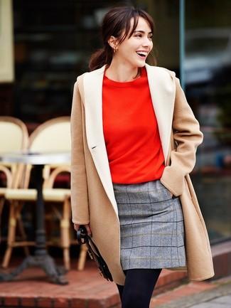 Comment porter des collants: Un manteau beige et des collants communiqueront une impression de facilité et d'insouciance.