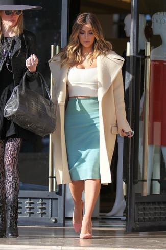 Tenue de Kim Kardashian: Manteau beige, Top court blanc, Jupe crayon vert menthe, Escarpins en daim roses