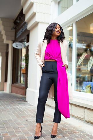 Comment porter: manteau beige, top sans manches fuchsia, pantalon slim noir, escarpins en cuir noirs