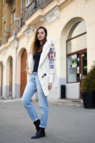 Comment porter un manteau en polaire blanc: Pense à porter un manteau en polaire blanc et un jean boyfriend bleu clair et tu auras l'air d'une vraie poupée. Jouez la carte décontractée pour les chaussures et fais d'une paire de des bottines plates à lacets en cuir noires ton choix de souliers.