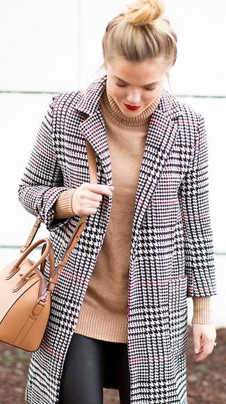 Comment porter: manteau en pied-de-poule blanc et noir, pull à col roulé en tricot marron clair, leggings en cuir noirs, sac bandoulière en cuir marron clair