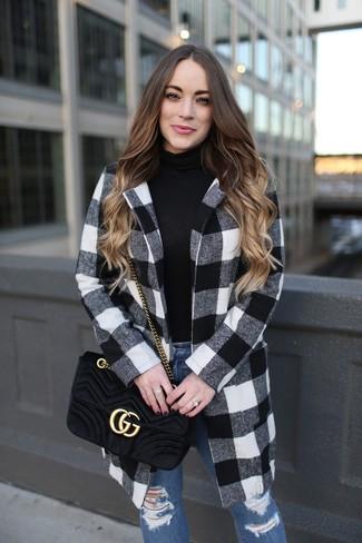 Comment porter un sac bandoulière en daim matelassé noir: Pense à opter pour un manteau en vichy blanc et noir et un sac bandoulière en daim matelassé noir pour une tenue idéale le week-end.