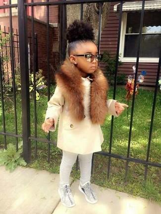 Comment porter: manteau blanc, leggings gris, baskets grises, écharpe en fourrure marron