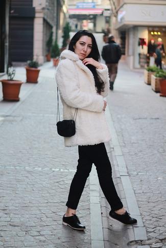 Comment porter un manteau en polaire blanc: Essaie de marier un manteau en polaire blanc avec un pantalon chino noir pour créer un style chic et glamour. Une paire de des chaussures richelieu en cuir noires rendra élégant même le plus décontracté des looks.