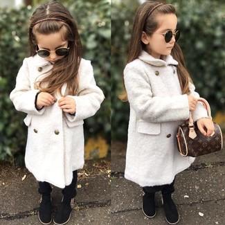 Comment porter: manteau blanc, pantalon noir, bottes noires