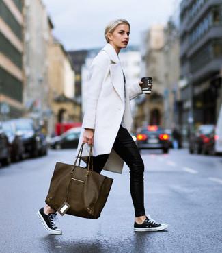 Comment porter: manteau blanc, pantalon slim noir, baskets basses en toile noires et blanches, sac fourre-tout en cuir olive
