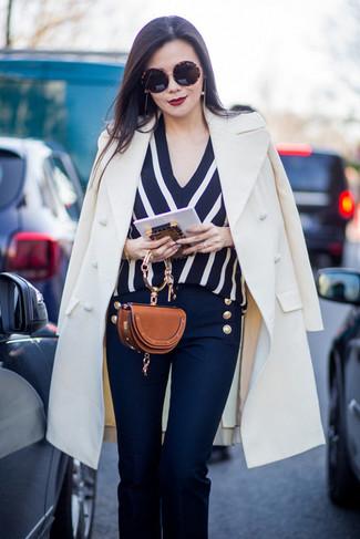 L'association d'un manteau blanc et d'un pantalon flare bleu marine femmes See by Chloe est parfaite pour une soirée ou les occasions chic et décontractées.