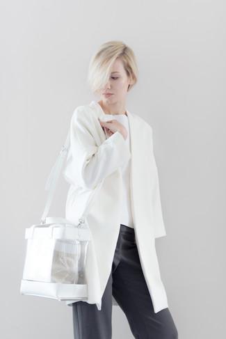Comment porter: manteau blanc, pull à col rond blanc, pantalon large gris foncé, sac fourre-tout en caoutchouc transparent