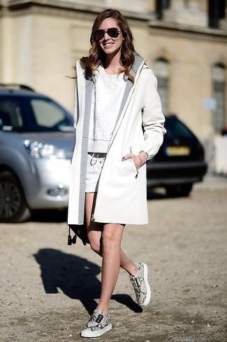 Comment porter un short blanc quand il fait froid: Opte pour un manteau blanc avec un short blanc pour une tenue idéale le week-end. Tu veux y aller doucement avec les chaussures? Fais d'une paire de des baskets basses imprimées grises ton choix de souliers pour la journée.