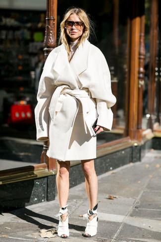 Comment porter: manteau blanc, pull à col roulé blanc, bottines en cuir découpées blanches, lunettes de soleil marron