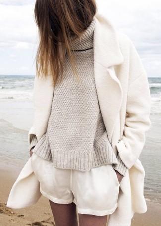 Comment porter: manteau blanc, pull à col roulé en tricot beige, short blanc