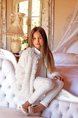 Comment porter: manteau blanc, pull blanc, pantalon blanc, ballerines beiges