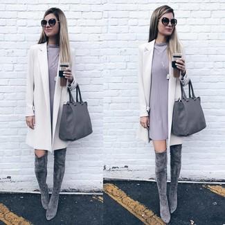 Comment porter: manteau blanc, robe droite grise, cuissardes en daim grises, sac fourre-tout en cuir gris